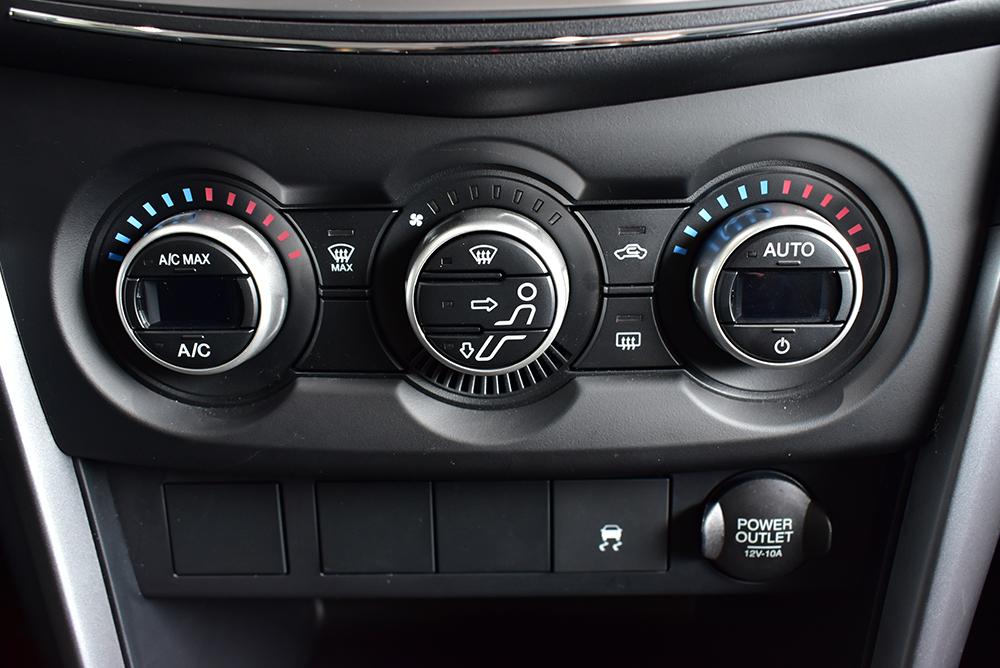Mazda BT-50 2018 có điều hòa tự động 2 vùng trên 2 bản cao cấp